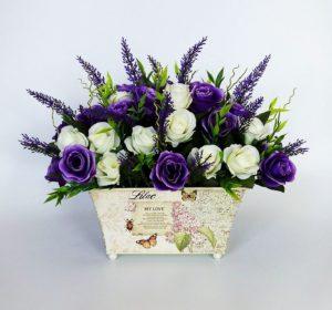 Искусственные цветы или декоративные элементы в виде цветов